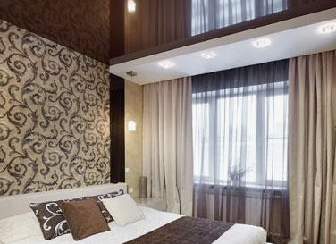 Двухуровневый потолок в спальне 12  м²