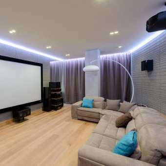 Парящий натяжной потолок со светильниками в гостиной