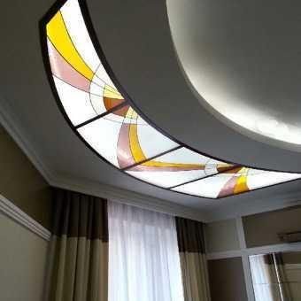 Красивый натяжной витражный потолок в гостиной