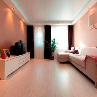Сатиновый многоуровневый натяжной потолок в комнате
