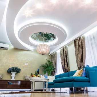 Сложный двухуровневый потолок с диодной подсветкой в гостиной