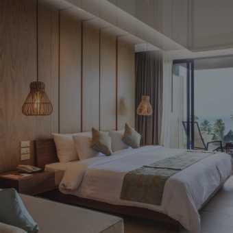 Паярщий натяжной потолок в спальне