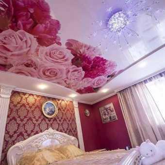 Натяжной потолок с фотопечатью розы в спальне