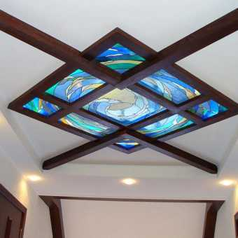 Витражный натяжной потолок с балками