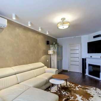 Матовый белый натяжной потолок со спотами в гостиной