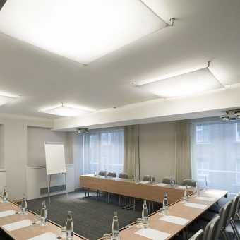 Натяжной потолок Натяжные потолки TEQTUM в конференц-зале