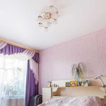 Матовый белый натяжной потолок в спальне