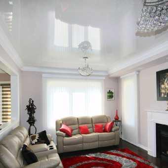 Белый глянцевый двухуровневый потолок в гостиной