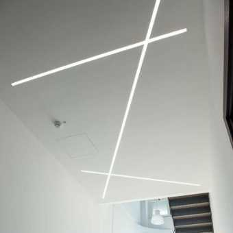 Световые линии на матовом потолке