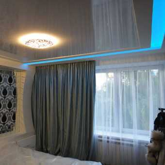 Двухуровневый потолок с диодной подсветкой в спальне