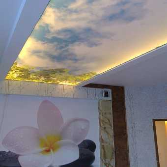 Двухуровневый потолок с диодной подсветкой и фотопечатью в спальне
