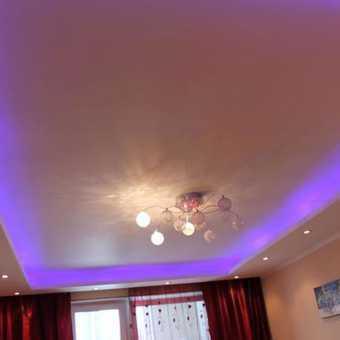 Многоуровневый натяжной потолок с подсветкой New Line в гостиной