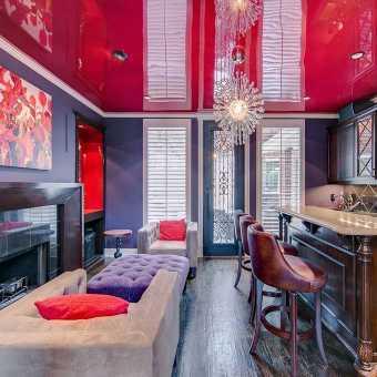 Красный глянцевый потолок в стильном интерьере в гостиной