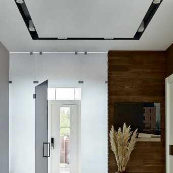 Трековая система в натяжном потолке: черные ниши с трековыми светильниками