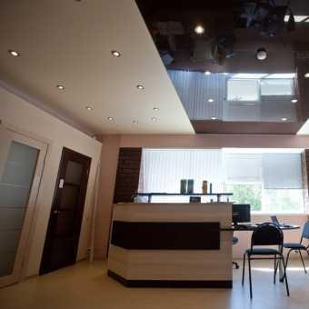 Чёрно-белый двухуровневый натяжной потолок