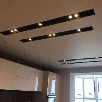 Реальный проект: черные ниши со спотами в натяжном потолке