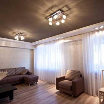 Двухуровневый коричневый потолок в гостиной