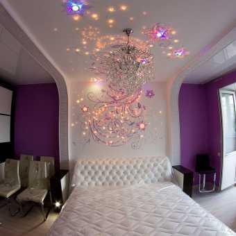 Изящный инкрустированный натяжной потолок в спальне
