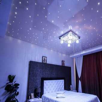 Натяжной потолок в спальне инкрутированный кристалами в форме звёзд