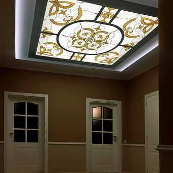 Витражный потолок в холле