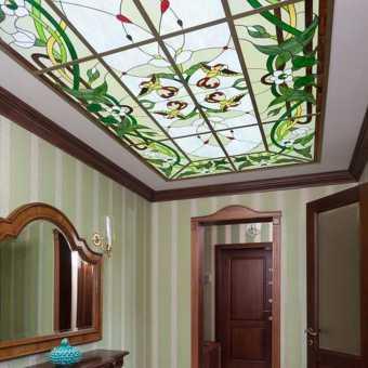 Витражный натяжной потолок в холле