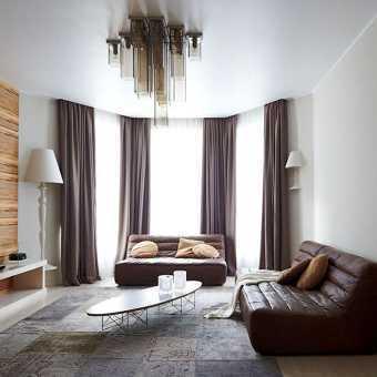 Сатиновый белый натяжной потолок в гостиной
