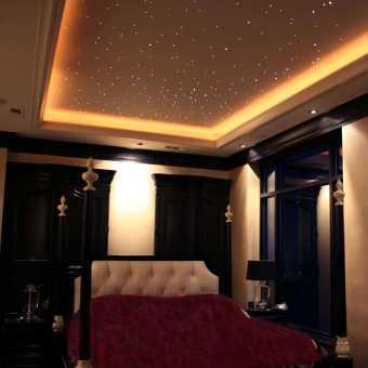 Многоуровневый натяжной потолок с монохромной светодиодной  подсветкой New Line в спальне