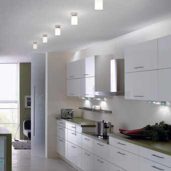 Матовый белый натяжной потолок со светильниками в кухне