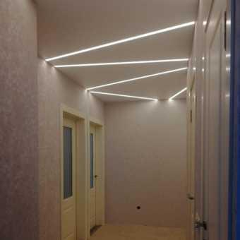 Световые линии в коридоре