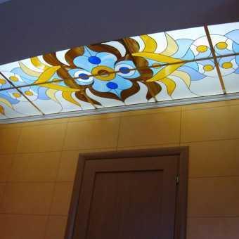 натяжной витражный потолок в коридоре