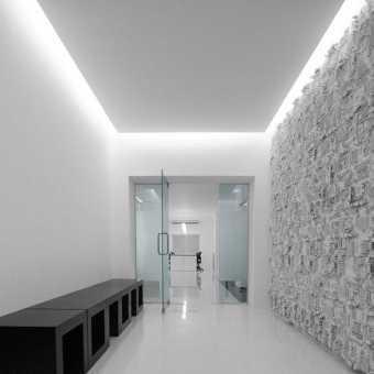 Белый парящий натяжной потолок