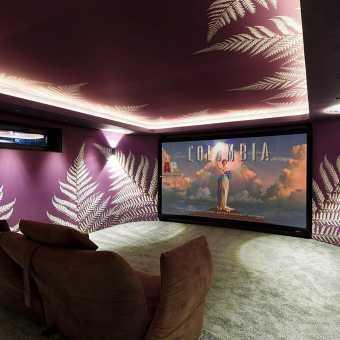 Двухуровневый натяжной потолок с фотопечатью с диодной подсветкой в кинозале