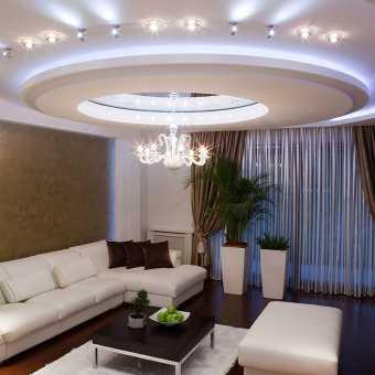 Сложный двухуровневый потолок с диодной подсветкой и светильниками в гостиной