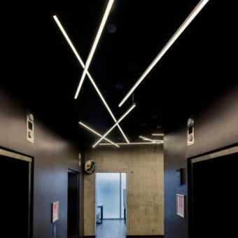 Парящие световые линии на чёрном потолке