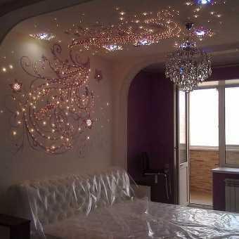 Изящный инкрустированный натяжной потолок над кроватью