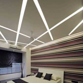 Световые линии на потолке в спальне