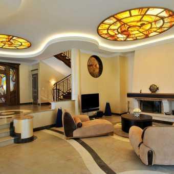 Витражный потолок в стиле ар-деко в частном доме