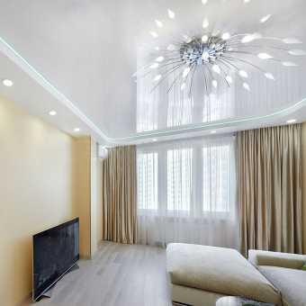Ьелый глянцевый многоуровневый потолок в комнате