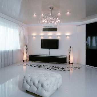 Бежевый глянцевый потолок в частном доме