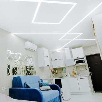 Потолок MSD Classic со световыми линиями в гостиной