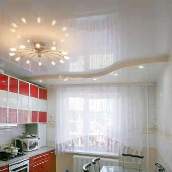 Бежевый глянцевый многоуровневый потолок в кухне
