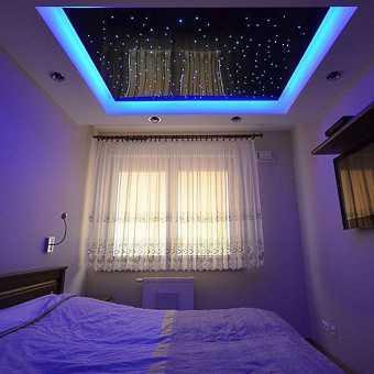 Интерьер спальни с чёрным потолком, инкрустированным кристаллами
