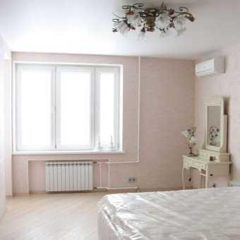 Белый сатиновый потолок в спальне